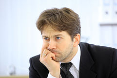 Sforzo o depressione dell'uomo di affari isolata Fotografia Stock