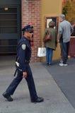 SFPD在一条街道的官员巡逻在旧金山 免版税库存照片