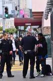 SFPD commande gambader l'homme américain noir à San Francisco photo stock