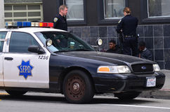 SFPD officers arresting black american men in San Francisco Stock Images