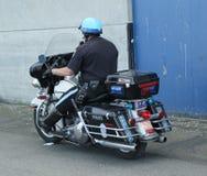SFPD-politieman berijdende motorfiets bij patrouille op het gebied van San Francisco Bay Stock Foto's