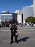 SFPD-Polizeibeamtestand auf Straße mit dem Sturzhelm, der auf Hüfte stillsteht Stockbilder