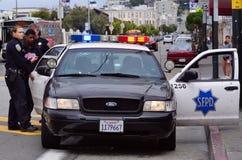 SFPD-tjänstemän som arresterar den svarta amerikanska mannen i San Francisco Arkivfoto