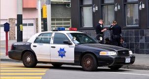 SFPD-tjänstemän som förhör svarta amerikanska män i San Francisco Royaltyfri Foto