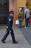 SFPD-tjänstemanpatrull i en gata i San Francisco Royaltyfria Foton