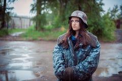 Sfregherà le ragazze in un vecchio casco militare della seconda guerra mondiale di periodi immagini stock libere da diritti