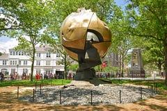 Sfären är en stor metallisk skulptur som visas i batteri, parkerar, New York City Fotografering för Bildbyråer