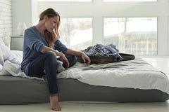 Sfrustowana żeńska osoba na łóżku zdjęcie stock