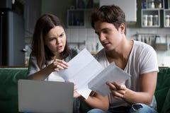 Sfrustowana żona szokował złej wiadomości czytania listem z mężem zdjęcia stock