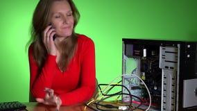 Sfrustowana biznesowa kobieta dzwoni komputerowego serwisu pomocy zbiory
