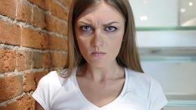 Sfrustowana Gniewna kobieta Patrzeje kamerę, Siedzi w biurze Obrazy Stock