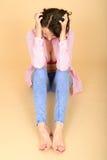 Sfrustowana Gniewna Przygnębiona młoda kobieta Jest ubranym Rozpinającą koszula Pokazuje jej rozszczepienie zdjęcia stock
