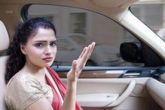 Sfrustowana Indiańska kobieta w samochodzie przy ruchu drogowego dżemem Zdjęcie Royalty Free