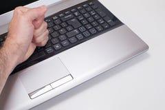 Sfrustowana persons ręki ciupnięcia laptopu klawiatura fotografia stock