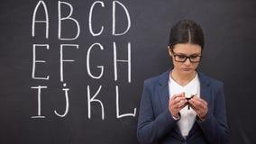 Sfrustowanego nauczyciela seansu pusty portfel, biedny finansowanie, abecadło na blackboard zbiory wideo