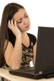 Sfrustowany żeński obsiadanie przy jej komputerów oczami zamykającymi Fotografia Royalty Free