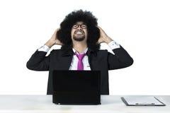 Sfrustowany Afro biznesmen z laptopem zdjęcie royalty free