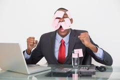 Sfrustowany Afro biznesmen z puste miejsce notatkami na twarzy i laptopie Zdjęcia Royalty Free