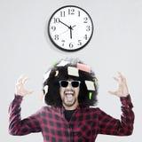 Sfrustowany Afro mężczyzna z ściennym zegarem fotografia royalty free