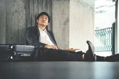 Sfrustowany Azjatycki biznesmen nie udać się o jego biznesie zdjęcie royalty free