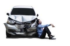 Sfrustowany biznesmen siedzi obok uszkadzającego samochodu fotografia royalty free