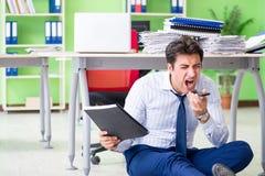 Sfrustowany biznesmen stresujący się od przesadnej pracy obraz stock
