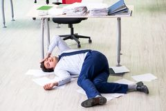 Sfrustowany biznesmen stresujący się od przesadnej pracy zdjęcie stock