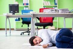 Sfrustowany biznesmen stresujący się od przesadnej pracy zdjęcia stock