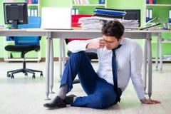Sfrustowany biznesmen stresujący się od przesadnej pracy obrazy stock