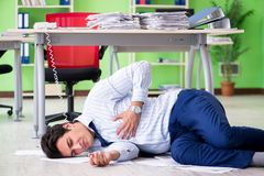 Sfrustowany biznesmen stresujący się od przesadnej pracy zdjęcia royalty free