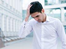 Sfrustowany biznesowego mężczyzna rozpacza niepowodzenia styl życia zdjęcie royalty free