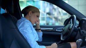 Sfrustowany bizneswomanu obsiadanie w samochodzie, spęczenie z niepowodzeniem na pracie, dymisja zdjęcie stock