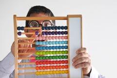 Sfrustowany geeky mężczyzna księgowego cyrklowanie z drewnianym numerato Fotografia Royalty Free