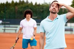 Sfrustowany gracza w tenisa mężczyzna po nie udać się na tenisowym sądzie obraz stock