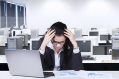 Sfrustowany Indiański pracownik pracuje w biurze Zdjęcie Stock