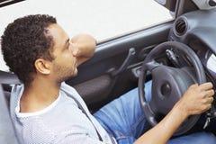 Sfrustowany kierowca wtykający w ruchu drogowego dżemu zdjęcie royalty free
