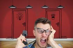 Sfrustowany komputerowy inżynier krzyczy podczas gdy na wezwaniu przed otwartą jednostką centralną Zdjęcia Stock
