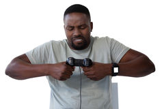 Sfrustowany mężczyzna mienia joystick przeciw białemu tłu obraz royalty free