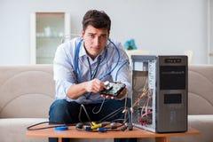 Sfrustowany mężczyzna z łamanym komputeru osobistego komputerem obraz stock