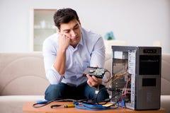 Sfrustowany mężczyzna z łamanym komputeru osobistego komputerem obrazy stock