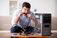 Sfrustowany mężczyzna z łamanym komputeru osobistego komputerem zdjęcie stock