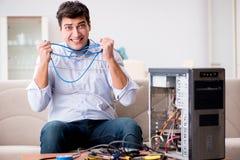 Sfrustowany mężczyzna z łamanym komputeru osobistego komputerem obrazy royalty free