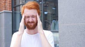 Sfrustowany mężczyzna z migreną, Stoi Plenerowych, Czerwonych Hairs, zdjęcia stock