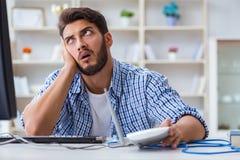 Sfrustowany młody człowiek należny słaby interneta przyjęcie zdjęcia stock