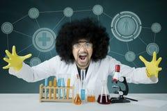 Sfrustowany męski naukowiec z jego chemicznym badaniem Obraz Stock
