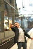 Sfrustowany podróżniczy chybianie jego pociąg fotografia royalty free