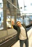 Sfrustowany podróżniczy chybianie jego pociąg zdjęcia stock