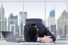 Sfrustowany pracownika dosypianie w biurze Fotografia Royalty Free