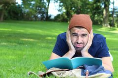Sfrustowany uczeń z jego notatnikiem na kampusie obrazy royalty free