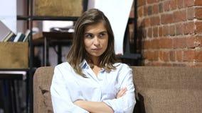 Sfrustowany Wzburzony dziewczyny obsiadanie na kanapie w Loft biurze obrazy royalty free